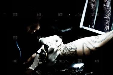 Nghệ sĩ Tattoo đang thực hiện xăm tại Hà Nội