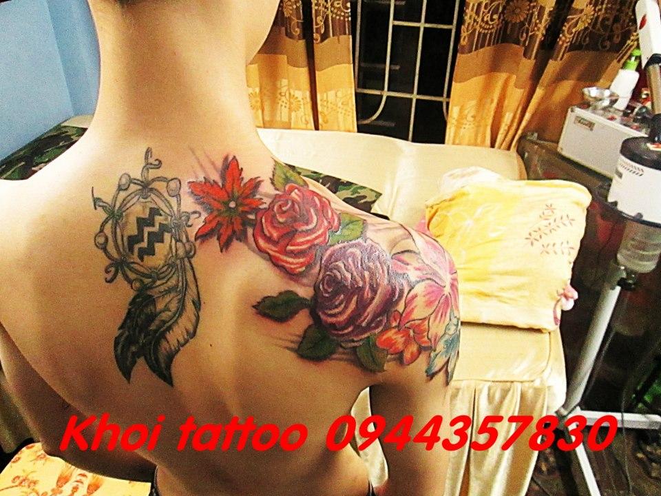 Hình xăm bông hoa đẹp ở bả vai Khôi Tattoo Lò Đúc