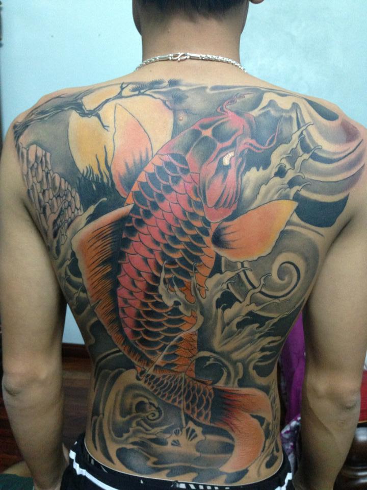 Địa chỉ xăm hình cá chép kín lưng đẹp Fuong Tattoo 19 Cửa Nam