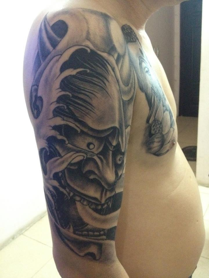 Hình xăm mặt quỷ bắp tay đẹp Fuong Tattoo Cửa Nam